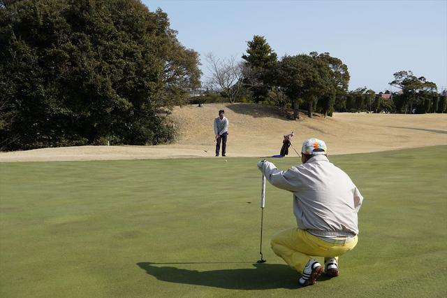 画像: パートナーのラインを読んでアドバイスする川村剛央さん、原野智善さんペア