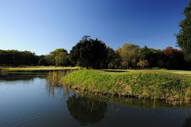 画像: 4番ホール、100ヤード。距離は短いものの、両サイドが池に囲まれた景観の美しいホール