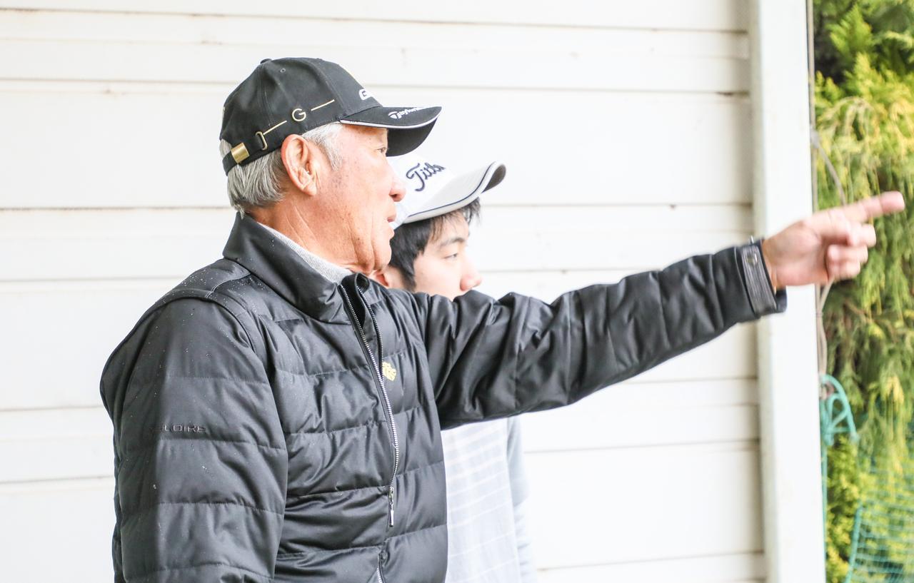 画像: ジュニアゴルファーに熱心に教える青木