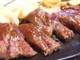 画像: ナイフでスッっと切れるミディアムレアの肉と酸味が利いたソースが何度も足を運んでしまう