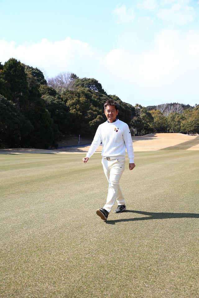 画像: 実際にコースを歩きながら状態をチェックする藤田プロ