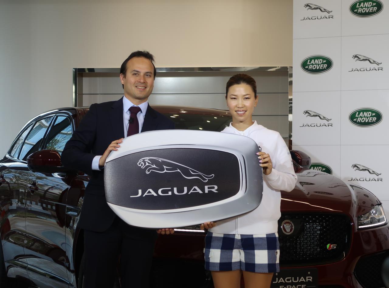 画像: 上田はジャガーの「F‐PACE」に乗る