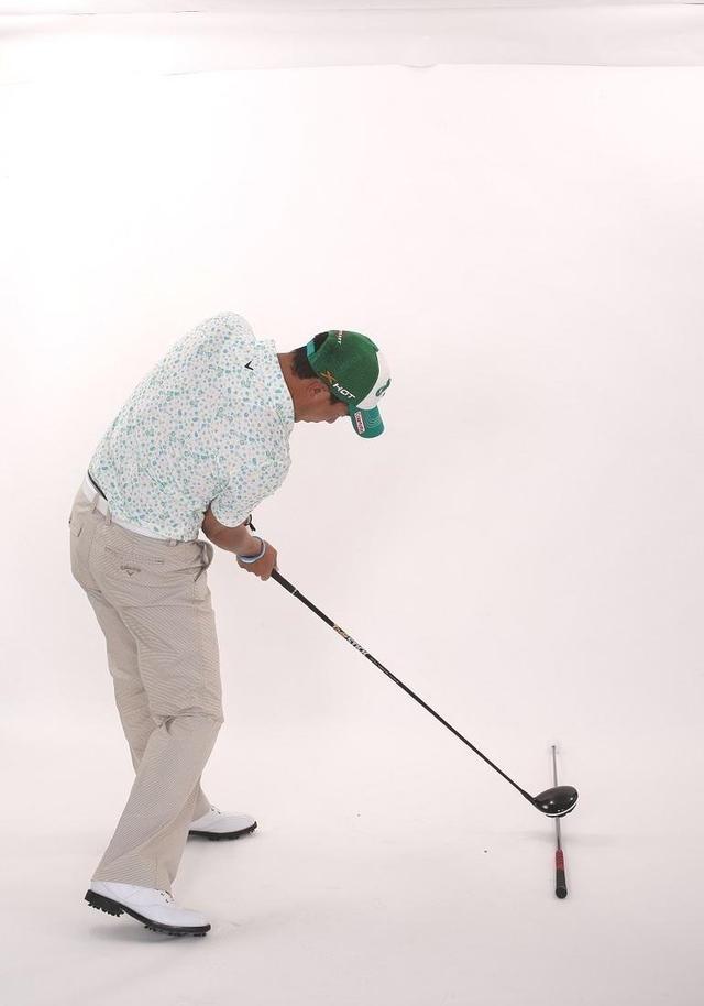 画像: 右腕が身体から離れないことで、回転半径が小さくなり、身体の回転速度がアップする