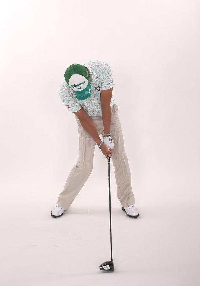 画像: 左ひざはインパクトでほぼ伸び切る。走る動きで振ることで、身体の正面でインパクトできる