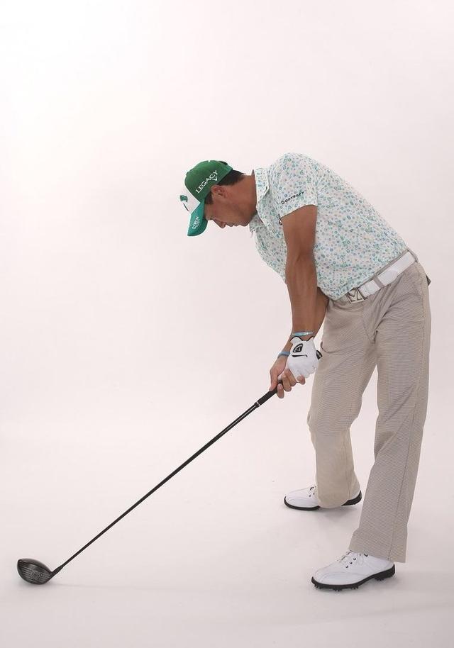 画像: しっかり下を向くことで、上体の重さ、クラブの重さをインパクトのエネルギーとして伝達できている