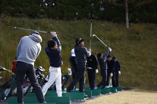 画像: 打撃練習を行う東北福祉大ゴルフ部の部員たち