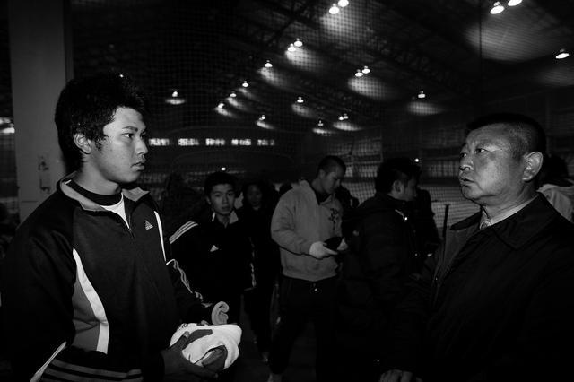 画像: 阿部靖彦監督に指導を受ける学生時代の松山英樹