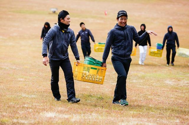 画像: 提携コースでのボール拾いは1年から4年まで全員
