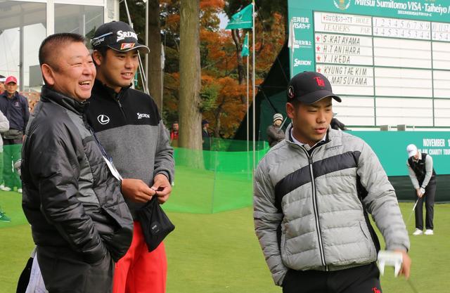 画像: 写真左から、阿部監督、松山、2016年日本OP・ローアマの比嘉一貴さん
