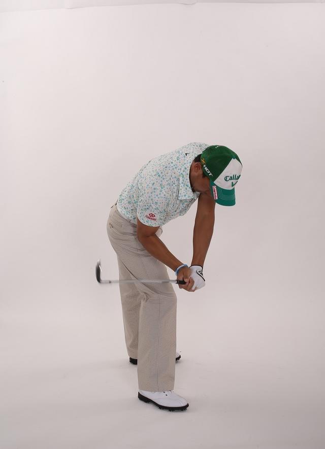 画像2: 「スウィング中は下半身の動きに連動して腕も動くのが正解。腕が身体の右サイドに下りる感覚を養うことができます」(南出)