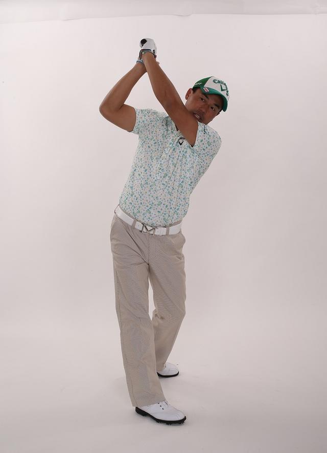 画像1: 「スウィング中は下半身の動きに連動して腕も動くのが正解。腕が身体の右サイドに下りる感覚を養うことができます」(南出)