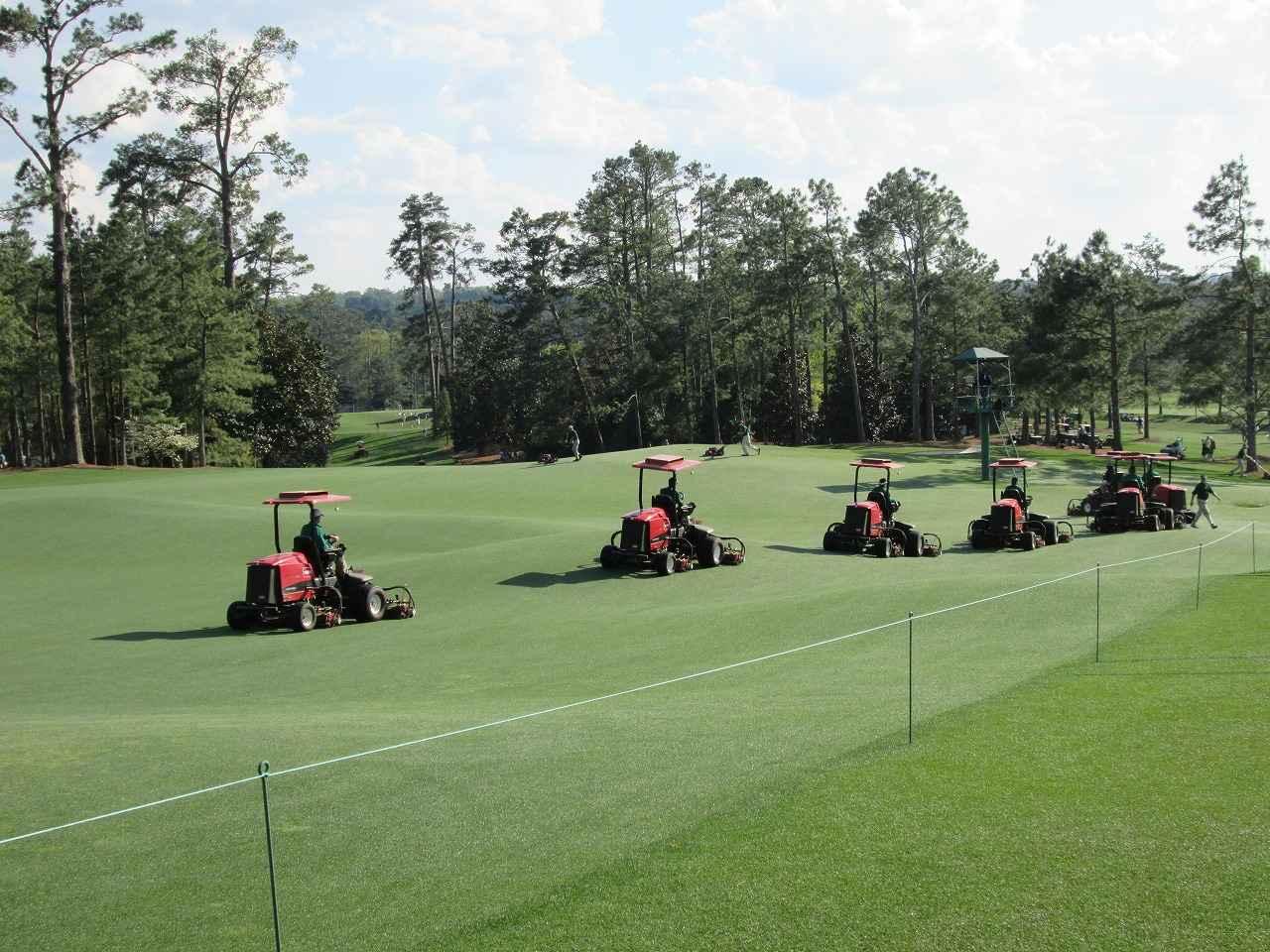 画像: オーガスタナショナルGCのコース管理風景。毎年、この4日間のために完璧に整備される