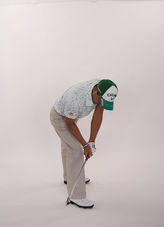 画像3: 「スウィング中は下半身の動きに連動して腕も動くのが正解。腕が身体の右サイドに下りる感覚を養うことができます」(南出)