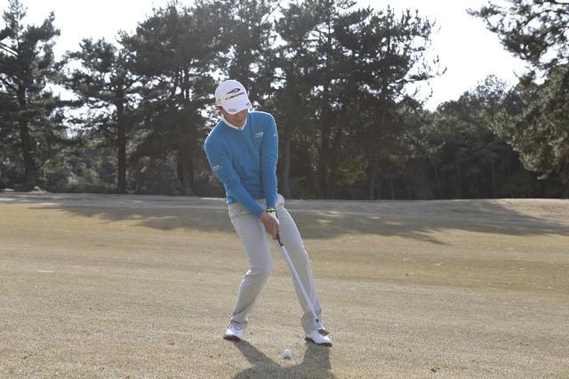 画像: 左足下がりはどうしてもボールが上がりづらい。ボールをすくい上げる動きとなり、ヒールが出やすい