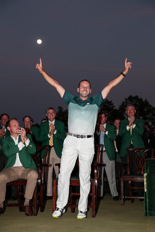 画像: 指を天高く上げ、勝利を喜んだ