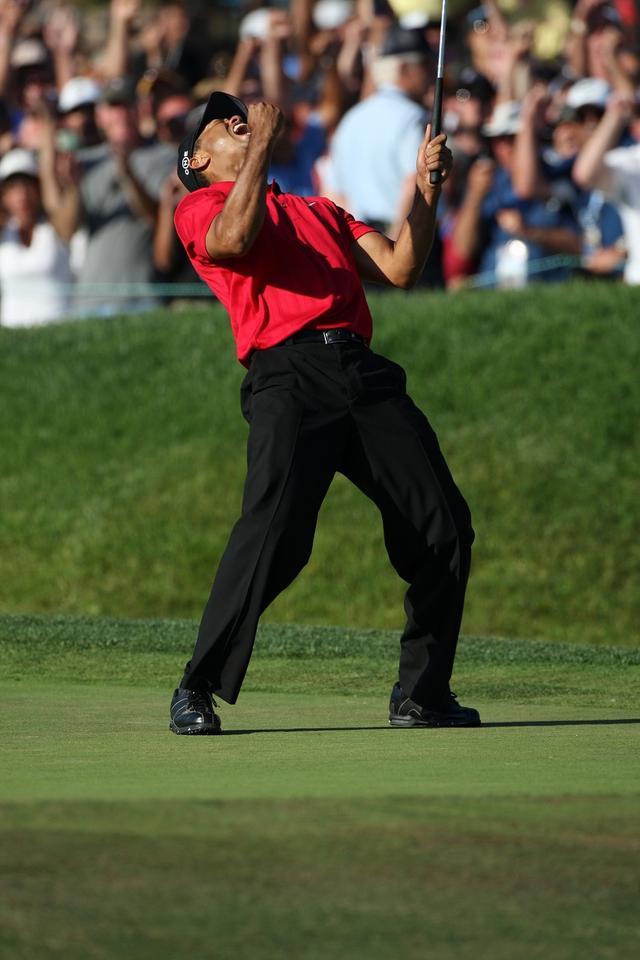 画像: 72ホール目、タイガーはバーディを獲り、生涯最長のガッツポーズを繰り出した