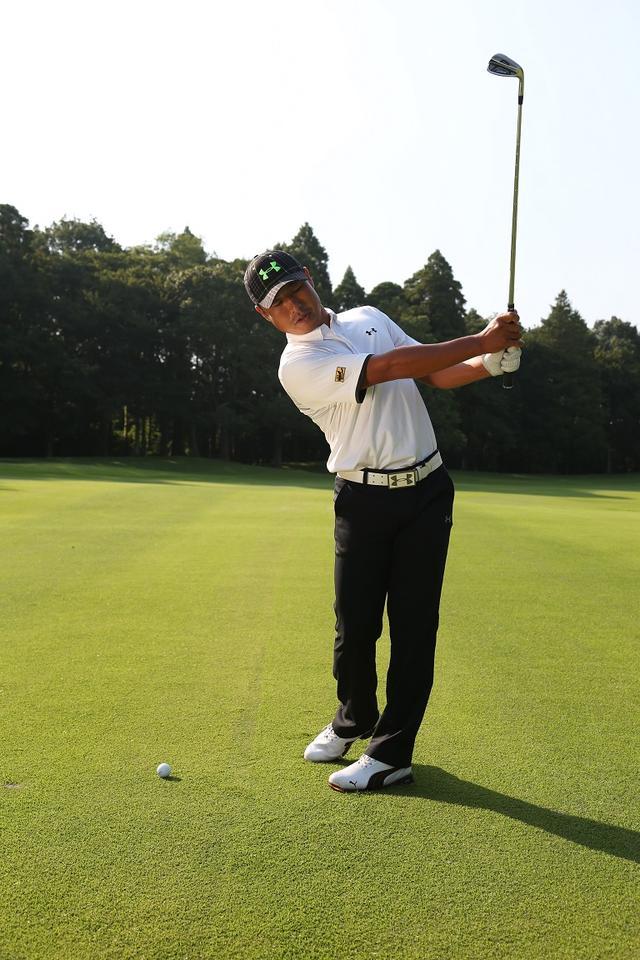 画像: 前傾角度をキープしてスウィング。腰・肩・目線が平行になるよう意識しよう