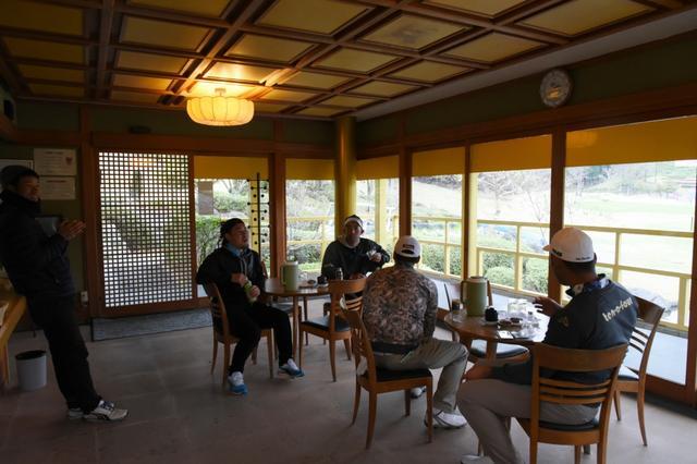 画像: 金閣寺、ならぬ碧層庵内部。入ってしまえば中は普通の茶店