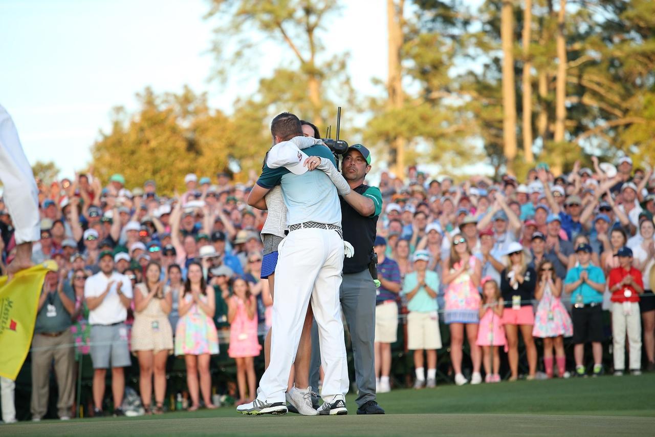 画像: マスターズプレーオフ。優勝の瞬間にグリーン上で抱き合う二人