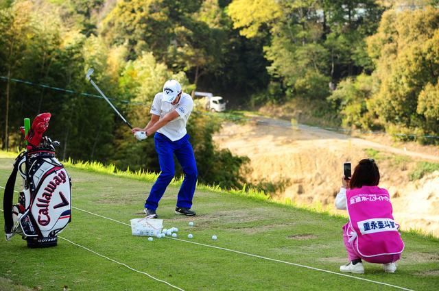 画像: 芝の上から打て、整備されたグリーンで練習できる。その練習環境もツアーの魅力だ(写真は2016年)
