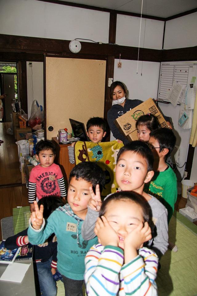 画像: 要請に応じて地元の保育園や老人ホームなどに支援物資を届ける青山。この日は、日用品以外に届いたゼリーに笑顔の園児たち