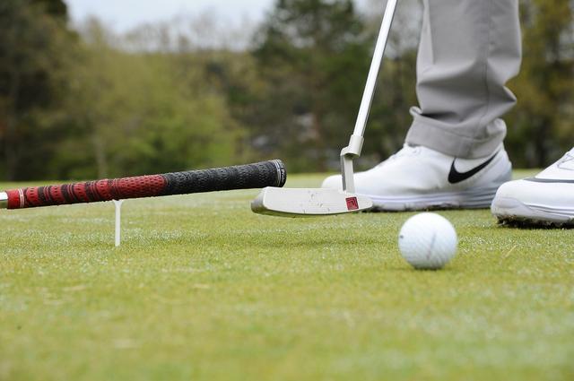 画像: ボールの先に、ティの上に乗せたクラブをセット。クラブに当たらないように、ヘッドを通す