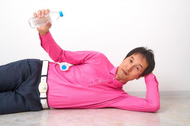 画像: 脇を締めたままペットボトルを持ち上げる