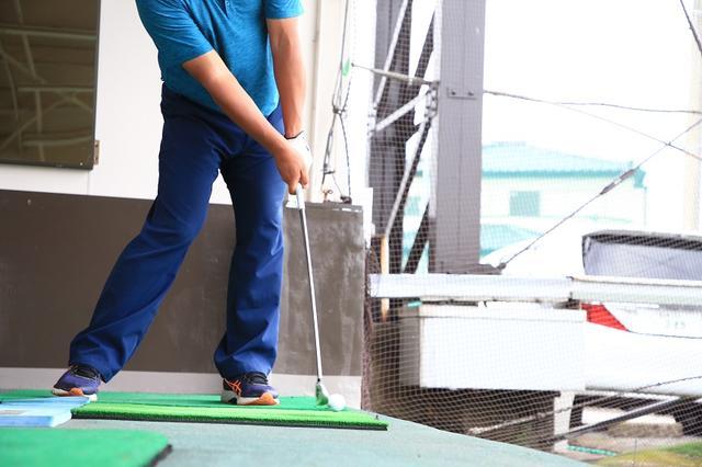 画像: 右腰をボールへぶつけるように!