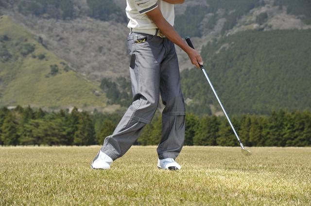 画像: 体とボールとの距離が変わると、右手首の角度を保つことができなくなるので注意