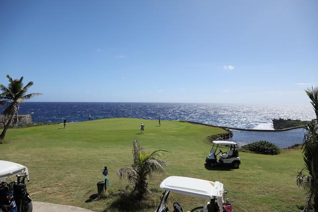 画像: キングフィッシャー・ゴルフリンクス。まるで海の上でゴルフをしているかのよう
