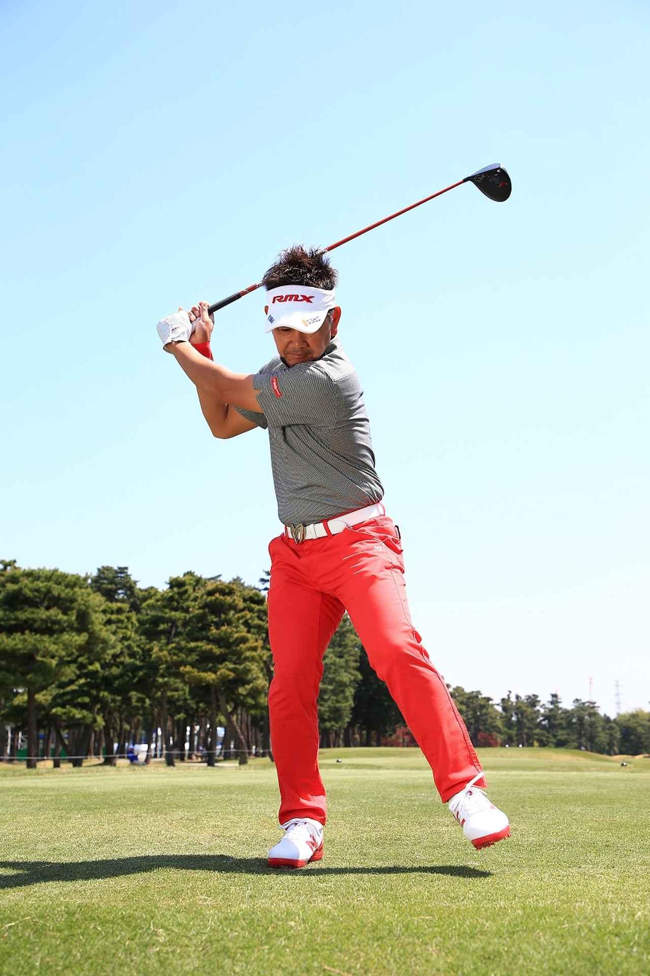 画像: 野球の投手がテークバックで上げた左足を下ろす動き。ゴルフの切り返しもそのイメージに近いと藤田は言う