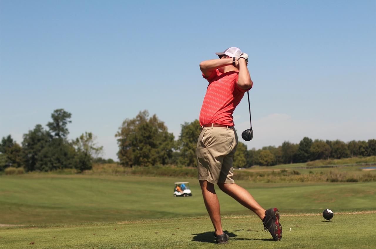 画像: 海外のリゾートコースなどに行くと、ポロシャツを短パンにINしたゴルファーを多く見る