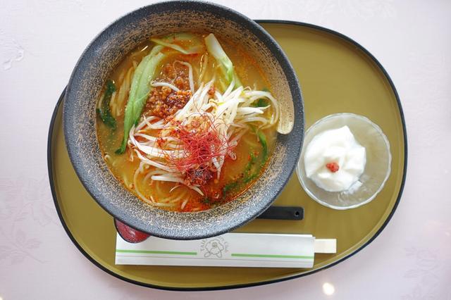 画像: 担担麺全景。濃厚担担麺と好対照をなす、サッパリ系の杏仁豆腐が嬉しい