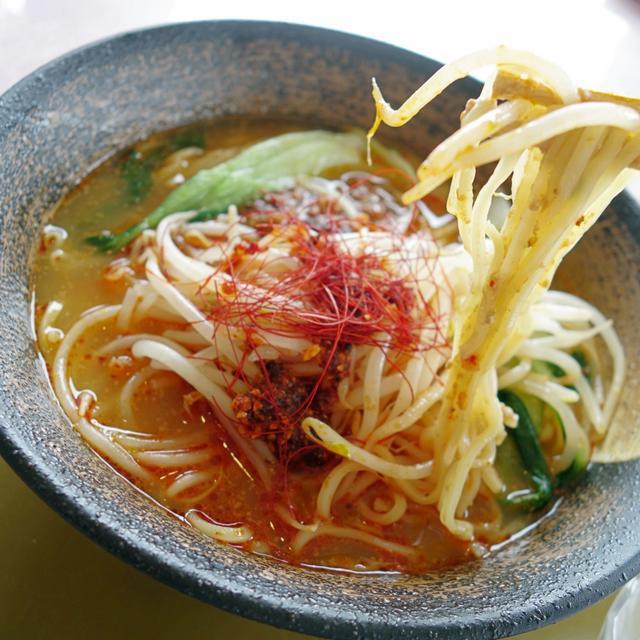 画像: 中太麺がスープと絡み合い、ひき肉の旨味をリフトする