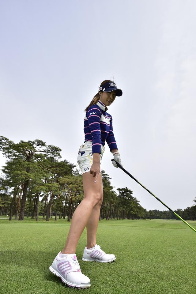 画像: 「右足はスウィングにつれて、最後に自然とかかとが少し浮くくらいの感じです」
