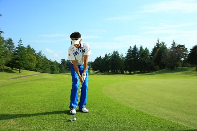 画像: フォロー側に体が回るように、スタンスは少しオープンに構えるが、肩のラインは目標にスクェアにセット