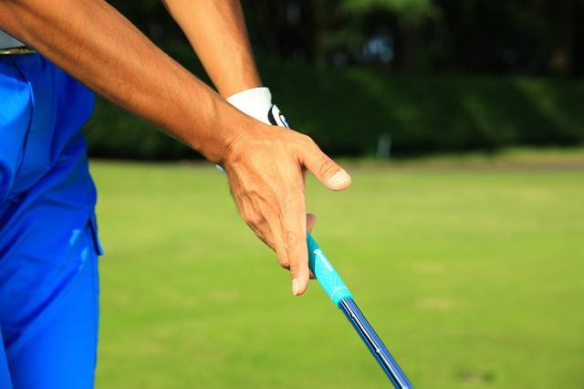 画像: ダウンからインパクトにかけては、右手のひらの中指と薬指のつけ根部分でクラブを押し上げるように下ろす