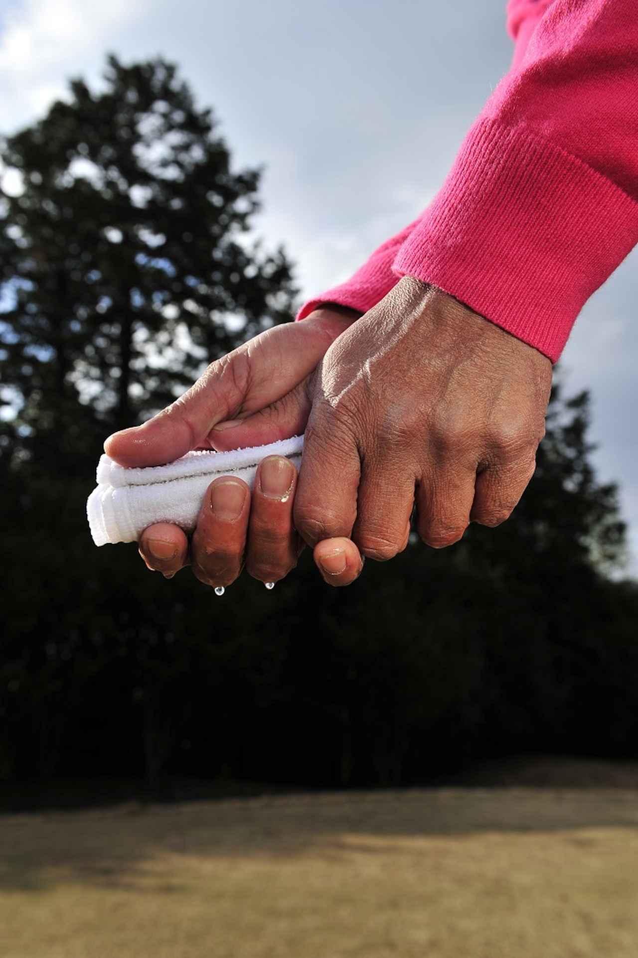 画像: 崎山流のグリップはしずくが垂れるか垂れないか程度。水が垂れすぎるようならヘッドは走らないぞ!