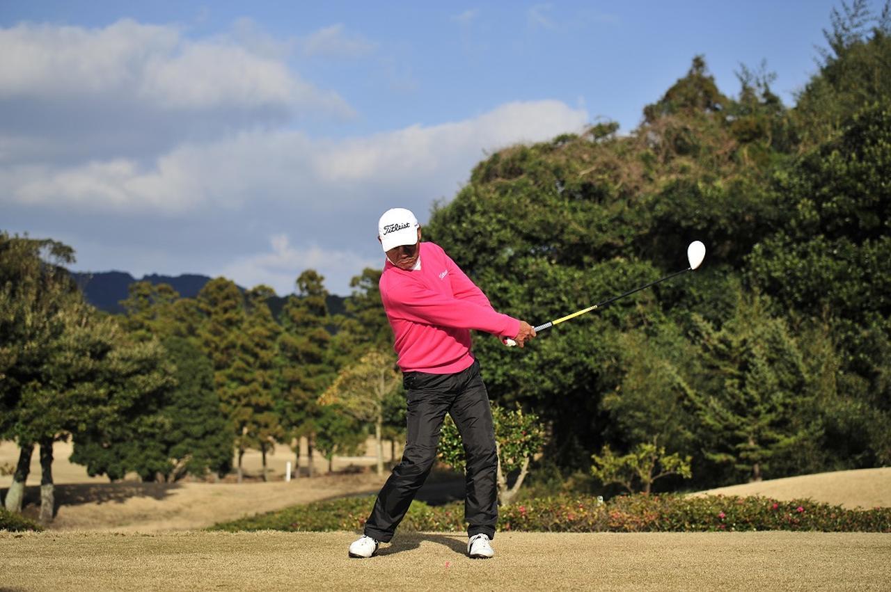 画像: 右足の前で一瞬手元を止める。そうすればヘッドが手を追い越して加速できる
