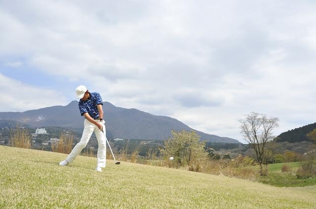 画像: 左足下がりでもUTが打ちたい! 「上は真っすぐ、下は傾斜なり」で構えよう - みんなのゴルフダイジェスト