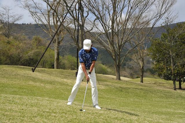 画像: ボールは体の真ん中、スタンスはややオープンに