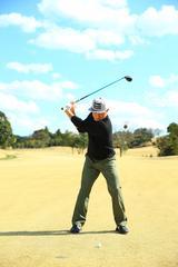 画像: 腰が右に流れると回転ができない。足を揃えたときと同じように軸を感じて回転しよう