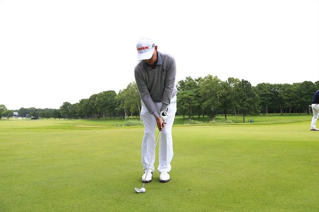 画像: ボールは右足の前にセット。左足体重で体の回転に沿ってクラブを振ると、自然にダウンブローに当たってボールが低く出る