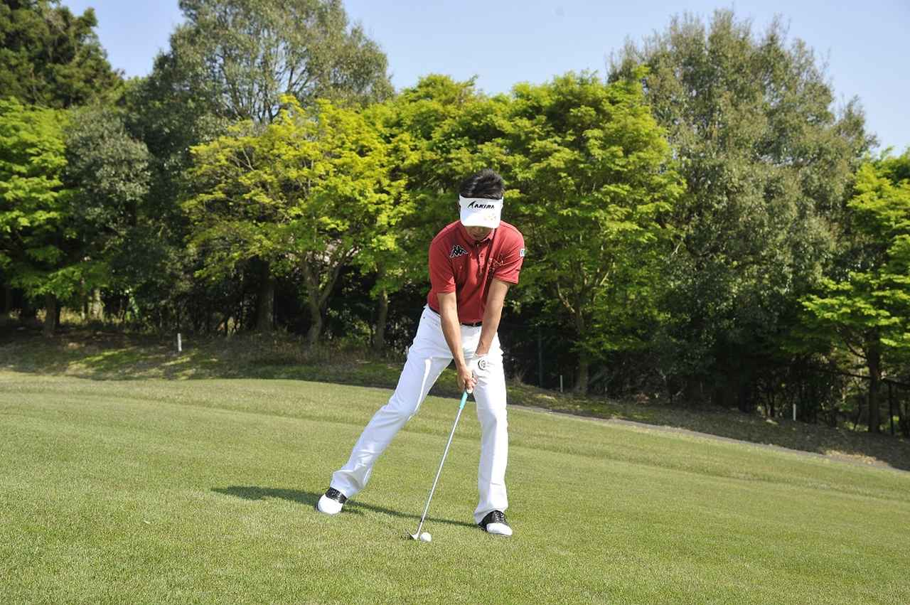 画像: これが構えの基本! スタンス広めでボールは両足の真ん中にセットしよう