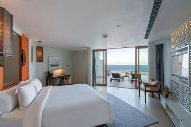 画像: 白を貴重とした上品な部屋、目と鼻の先にはビーチがある