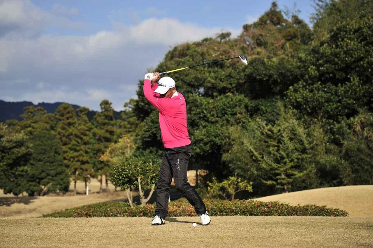 画像: ヒールアップすると背中が目標を向くくらい肩をしっかり回せる。ヘッドを走らせる助走が長くなる