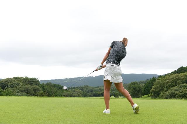 画像: 「右足をただ蹴り上げるだけだと体重が左へ逃げてスウェイします。左の股関節を意識して、そこでパワーを受け止めています」