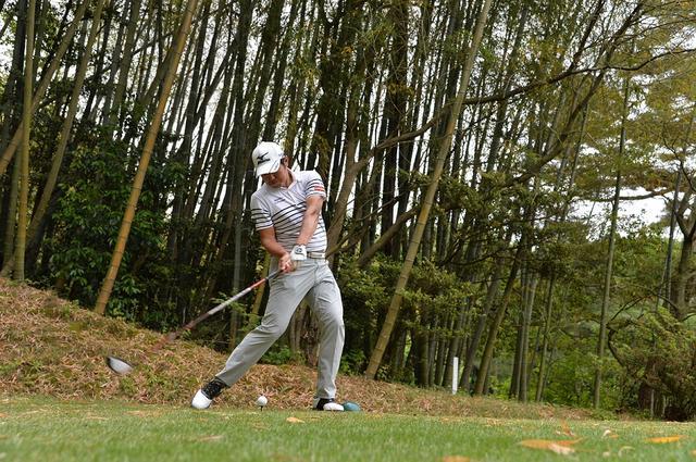 画像: ヘッドの軌道をゆるやかにすることでボールを下からアッパーにとらえられ、スピン量を抑えた球を打つことができる