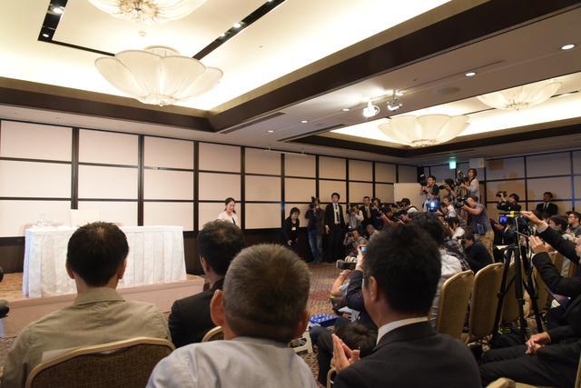 画像: 会見には300名を超える報道陣が詰めかけた
