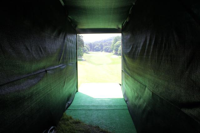 """画像: 1番ティは光の向こう。日本ゴルフツアー選手権、大会運営側の""""思い""""とは? - みんなのゴルフダイジェスト"""